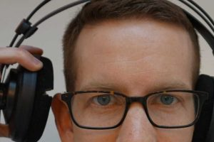 A guide to wear headphones with glasses (without pain)
